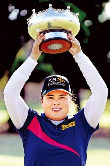 < 우승컵 들고 활짝 > 박인비가 16일 호주 로열 애들레이드GC에서 열린 LPGA투어 호주여자오픈에서 최종합계 14언더파 278타를 적어내 우승을 차지한 뒤 자신의 20번째 LPGA투어 우승 트로피를 들어 보이며 환하게 웃고 있다. 한국 선수가 LPGA투어에서 20승 이상을 거둔 건 박세리(25승)에 이어 박인비가 두 번째다.  /EPA연합뉴스