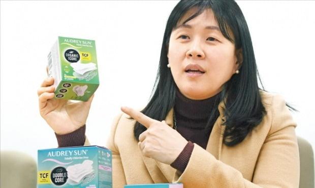 이화진 오드리리프스 대표가 새로 내놓은 유기농 생리대에 대해 설명하고 있다. /신경훈 기자 khshin@hankyung.com