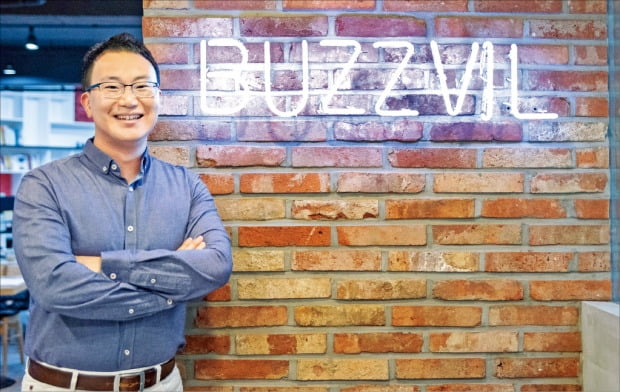 이관우 버즈빌 대표는 국내에서 보기 드문 연쇄 창업가다. 이용자에게 포인트를 나눠주는 광고 플랫폼 기업 버즈빌은 그가 세운 네 번째 회사다.  /버즈빌 제공