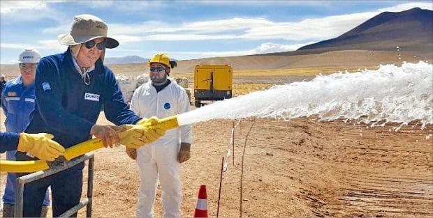 최정우 포스코 회장(왼쪽)이 아르헨티나 리튬 탐사현장에서 지하 염수를 뽑아올리고 있다.   /한경DB