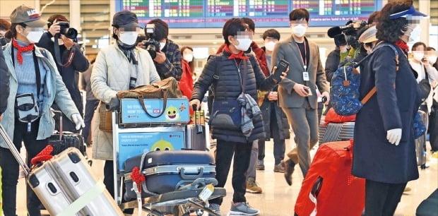 23일 이스라엘 텔아비브공항에서 입국금지를 당한 한국인 승객 177명이 인천국제공항을 통해 귀국하고 있다. 이스라엘 정부는 지난 22일 오후 7시30분께 이스라엘 텔아비브에 도착한 대한항공 KE957편을 시작으로 한국에서 들어오는 외국인의 입국을 금지했다.  /김범준 기자 bjk07@hankyung.com