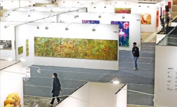 지난 23일 '2020 화랑미술제'를 찾은 시민들이 마스크를 쓴 채 작품을 관람하고 있다.  연합뉴스