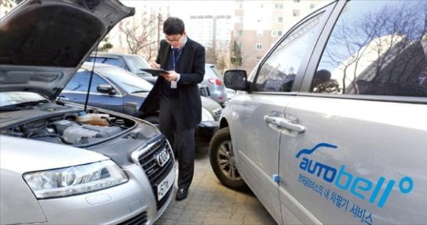 현대글로비스의 중고차 매입 전문서비스인 오토벨의 한 컨설턴트가 중고차를 점검하고 있다.  현대글로비스 제공