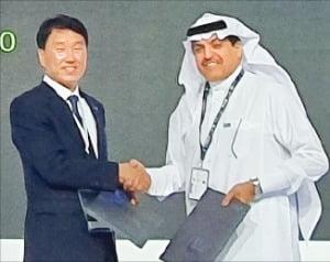 신경인 S&TC 대표(왼쪽)가 모하메드 알 사마리 아람코 부사장과 악수하고 있다.  /S&TC 제공