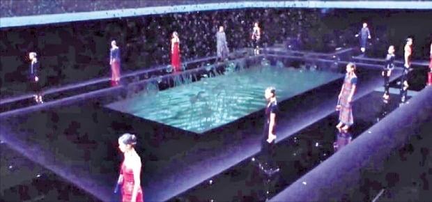 아르마니는 코로나19 확산으로 23일 밀라노패션위크에서 '무(無)관객 패션쇼'를 열었다.  /아르마니 제공