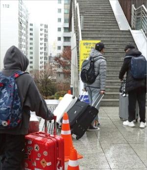 지난 25일 서울 흑석동 중앙대에서 중국인 유학생들이 생활관으로 가고 있다  /연합뉴스