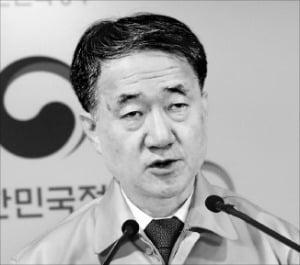 """'코로나보다 심한' 박능후 장관의 입…내부서도 """"불안"""""""