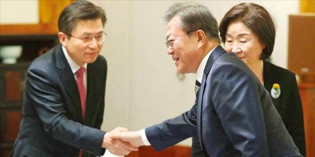 문재인 대통령이 28일 국회 사랑재에서 열린 '코로나19 극복을 위한 여야 정당 대표와의 대화'에서 황교안 미래통합당 대표(왼쪽)와 악수하고 있다. 오른쪽은 심상정 정의당 대표.  /허문찬 기자 sweat@hankyung.com