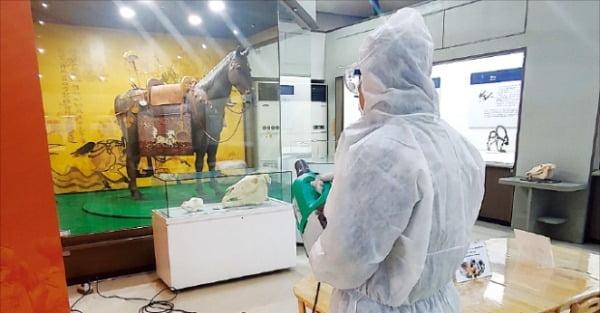한국마사회가 코로나19 여파로 3주간 휴장을 결정하고 전체 시설에 대한 방역작업에 들어갔다. 28일 방역요원이 마사회 박물관 내부를 소독하고 있다.  마사회 제공