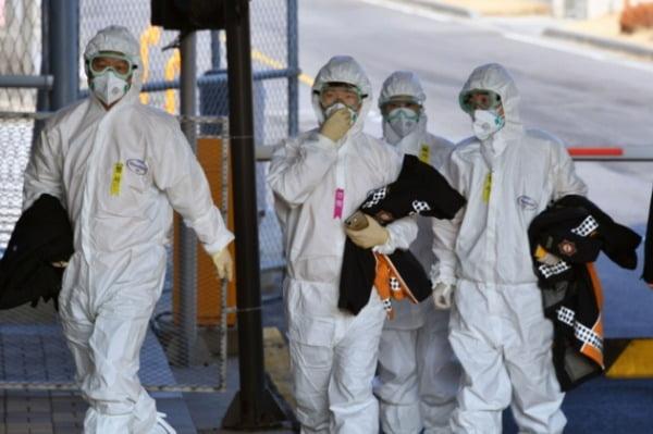 31일 오전 검역 관계자들이 서울 김포국제공항에서 신종 코로나바이러스 감염증(우한 폐렴)이 발생한 중국 후베이성 우한에서 항공편으로 돌아온 교민들의 검역 마친 후 공항을 나서고 있다.  사진=연합뉴스