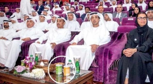 지난해 5월 아랍에미리트(UAE) 아부다비에서 열린 '자이드 스포츠 토너먼트' 개막식. 행사에 참석한 만수르 왕자(오른쪽 두 번째) 앞에 허니버터 아몬드(원 안)가 놓여 있다. (사진 = 한경DB)