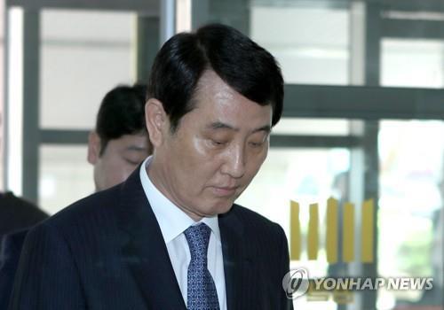 주가조작 성세환 BNK 전 회장 항소심서 징역 2년…재구금