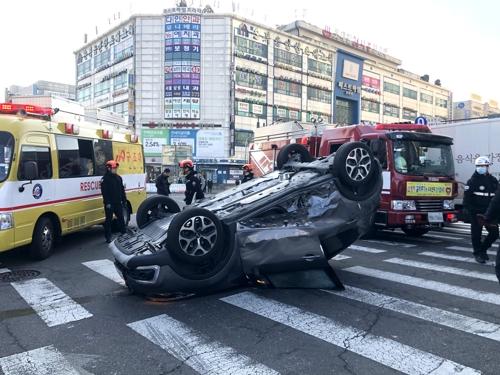 인천서 교통사고로 승용차 전복…70대 운전자 다쳐
