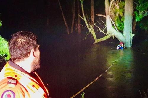 홍수에 휩쓸린 호주 남성, 나무 붙잡고 버티다 10시간만에 구조