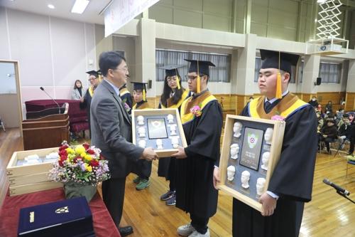 시각장애 졸업생에게 특별한 선물…얼굴 재현 '3D 촉각앨범'