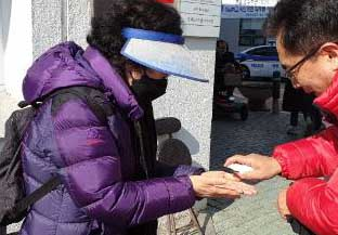 손 소독제 뿌리며 명함 나눠주는 예비후보들 '악전고투'