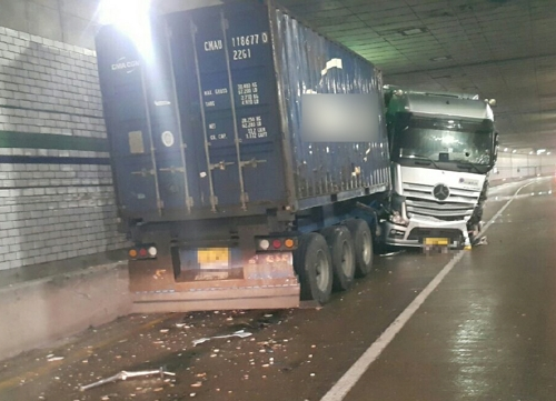 부산서 빗길 교통사고로 2명 부상…1시간 차량 정체