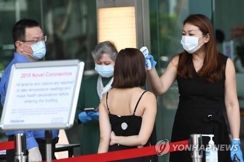 """싱가포르서 직원 확진에 """"한층 통째로 비우라""""…300명 재택근무"""