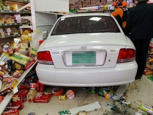 음주운전 차량 마트 안으로 돌진 '와장창'…종업원 1명 부상