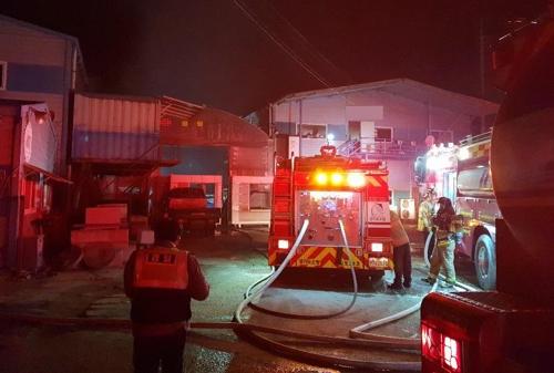 김포 목재 가공공장서 불…가건물 등 3개 동 태워