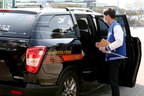 [르포] 특수작전 펼치듯…콜밴으로 중국유학생 공항서 호송