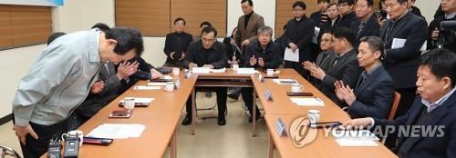 """정세균 총리 만난 진천 상인들 """"전통시장 살려 주세요"""""""