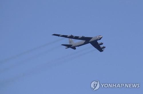 전략폭격기 B-52 앞에 선 미 국방…핵전력 현대화 의지 과시