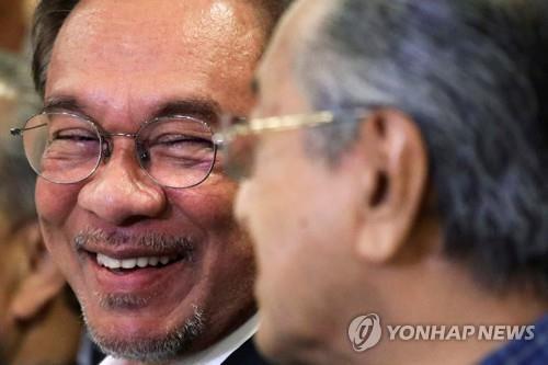 말레이 마하티르 총리 사의…국왕, 수리 후 임시 총리 임명(종합)