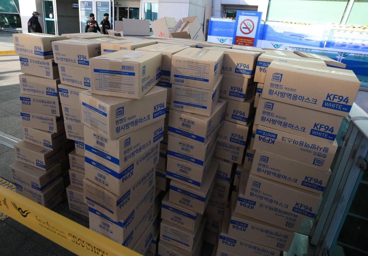 마스크 2만 개 버린 채 출국…해외반출 단속에 줄행랑