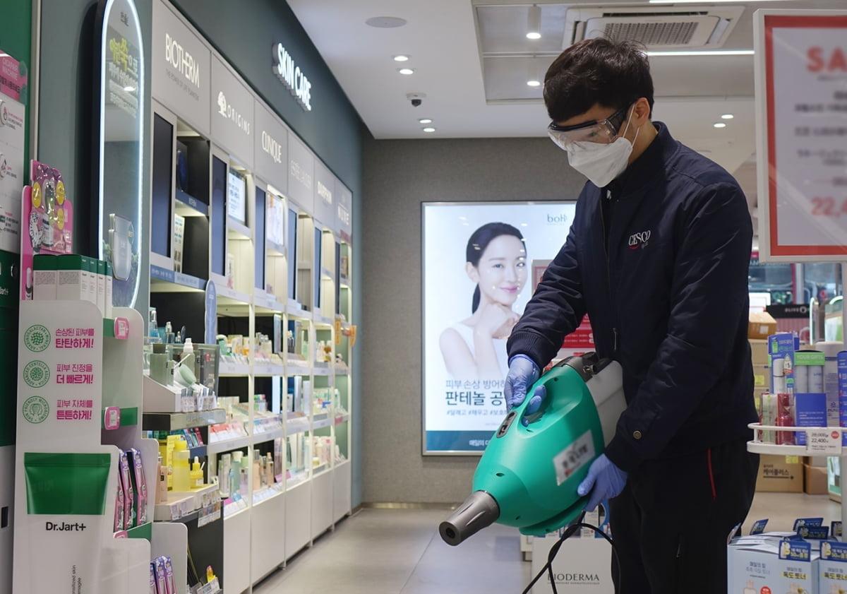 """""""신종 코로나 확산 막자""""...CJ올리브영, 명동 5개 매장 방역"""