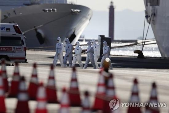 """""""일본 크루즈 탑승 한국인 14명, 국내 이송 계획 없어"""""""