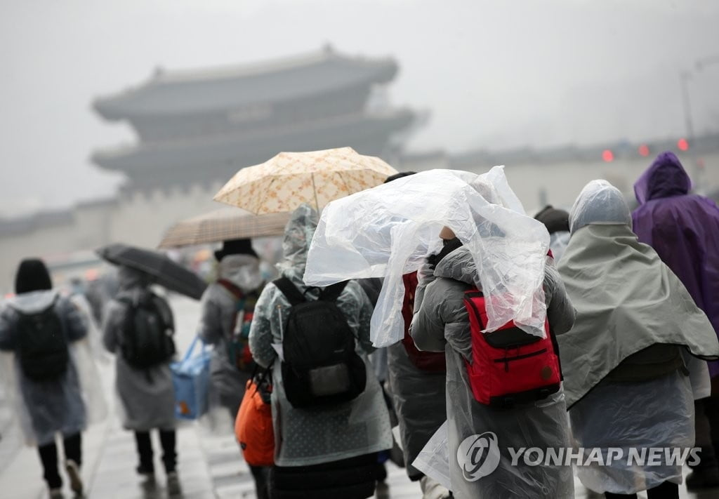 [날씨] 오전부터 전국에 비…낮 최고기온 15도 `포근한 수요일`