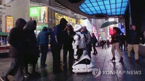 뉴욕 타임스스퀘어에 `신종코로나 감시 로봇` 등장?…직접 봤더니