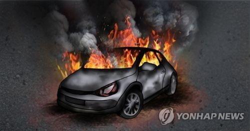 만취 운전에 불 난 승용차…경찰 뛰어들어 운전자 구조