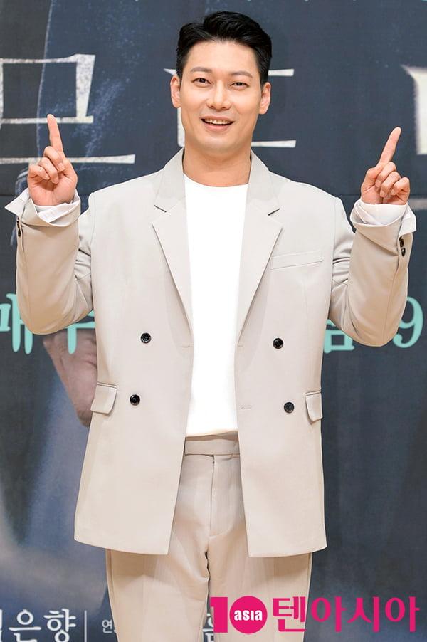 [TEN 포토] 박훈 '1 더하기 1은 귀요미'