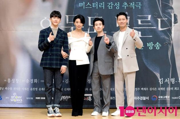 [TEN 포토] SBS 새 드라마 '아무도 모른다' 포즈 취하는 주역들