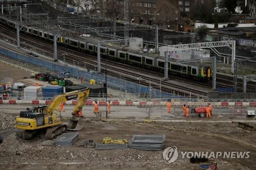 英 존슨 총리, '눈덩이 비용 논란'에도 고속철도 건설 강행키로