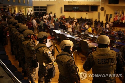 무장 군인 대동하고 국회 들어간 엘살바도르 대통령(종합)
