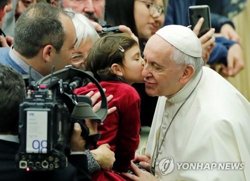 교황, 사제독신제 전통 손 안 대기로…결혼한 남성 사제 불허