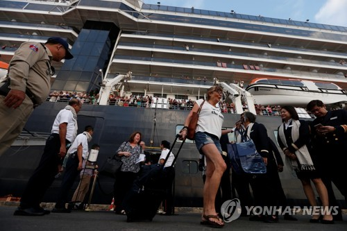 5곳서 퇴짜 크루즈선 승객들, 캄보디아 총리 꽃다발 받으며 하선