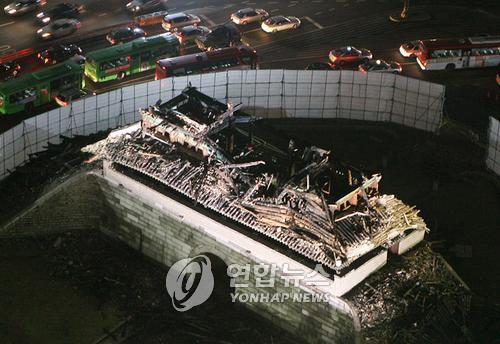 [순간포착] 억장 무너진 '국보 1호' 숭례문 화재 붕괴