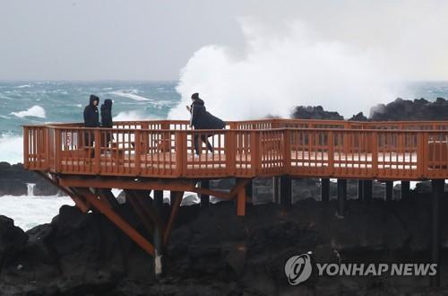 제주 바다엔 풍랑특보, 육상엔 강풍·호우특보