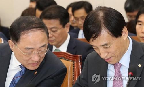 """[1보] 홍남기 """"코로나19 실물경제 파급 불가피…긴급지원책 마련"""""""