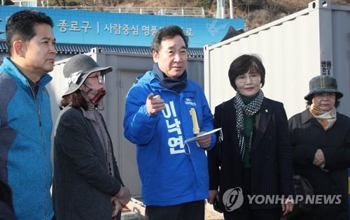 """이낙연, 마을버스 타고 종로 탐색…""""통합의 정치 꿈꾼다""""(종합)"""