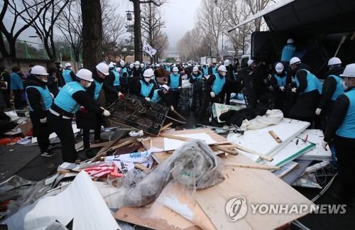 청와대 앞 범투본·전교조 등 9개 단체 천막 철거…충돌 없어(종합)