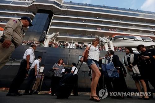 """""""캄보디아, 고마워요""""…크루즈선서 내린 승객들, 환호·감동"""