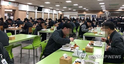 마스크 나누고, 지그재그 식사…'코로나19 이기자' 민관의 실천