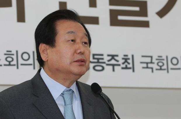 총선 불출마를 선언했던 김무성 자유한국당 의원이 '야권 통합'을 전제로 당이 원한다면 호남 출마도 불사하겠다는 입장을 밝혔다. /사진=연합뉴스