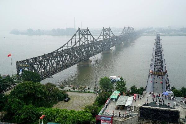 중국과 북한의 국경인 단둥시에서 바라본 압록강철교. AP