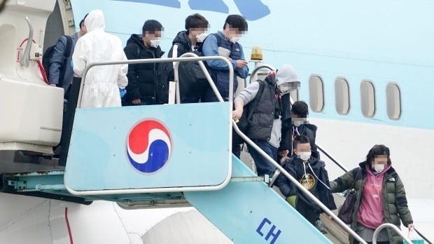 지난 1일 중국 우한에서 전세기를 타고 김포공항에 도착한 교민들이 트랩을 내려오고 있다. /사진=연합뉴스